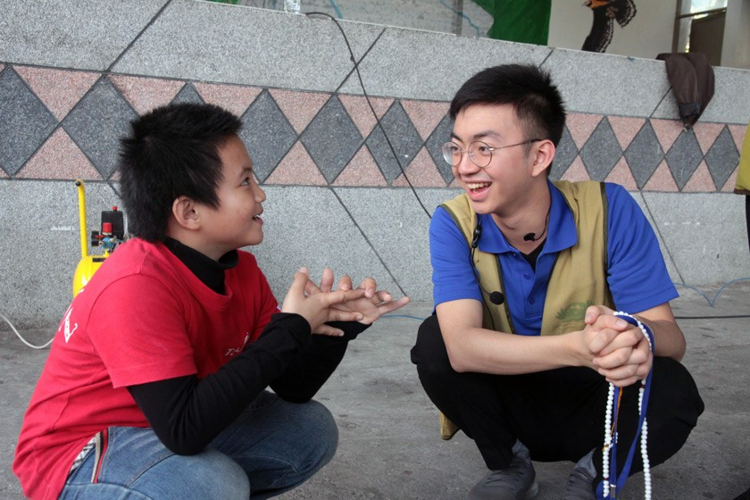 Dustin connecting with a community member in Jan 2019, as part of a public health outreach program in Hualien, Taiwan.